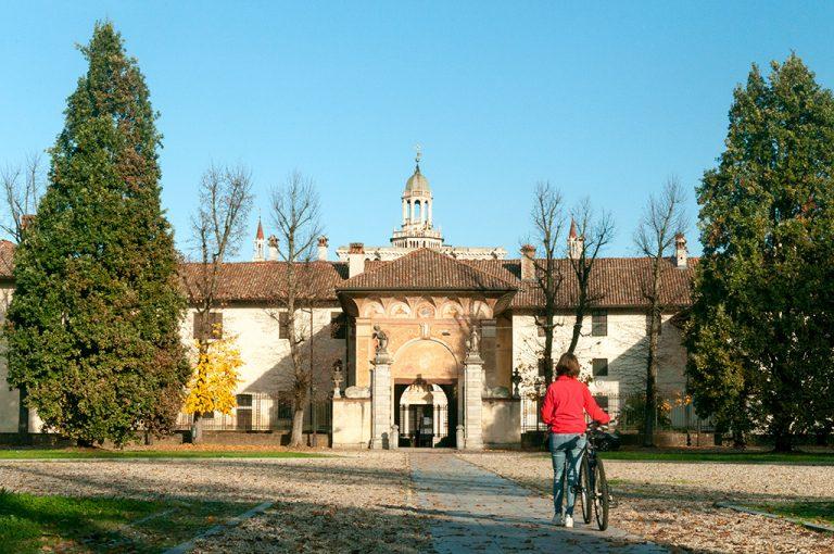 In bici lungo il Naviglio Pavese: la Certosa