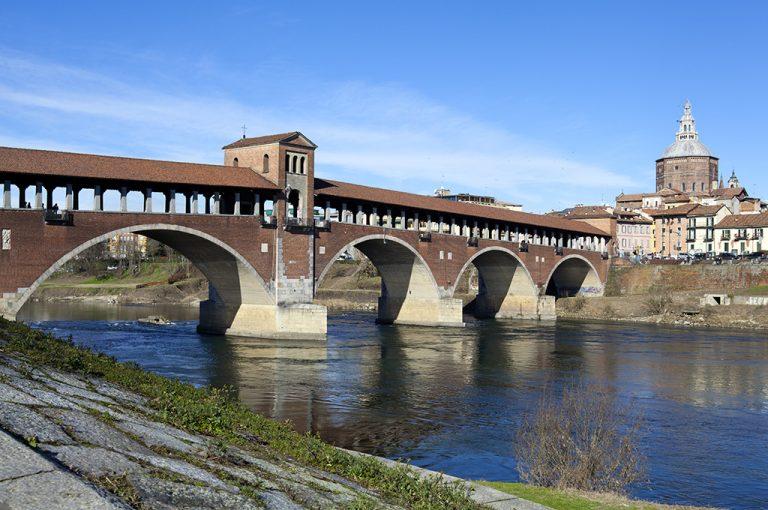 In bici lungo il Naviglio Pavese: ponte coperto