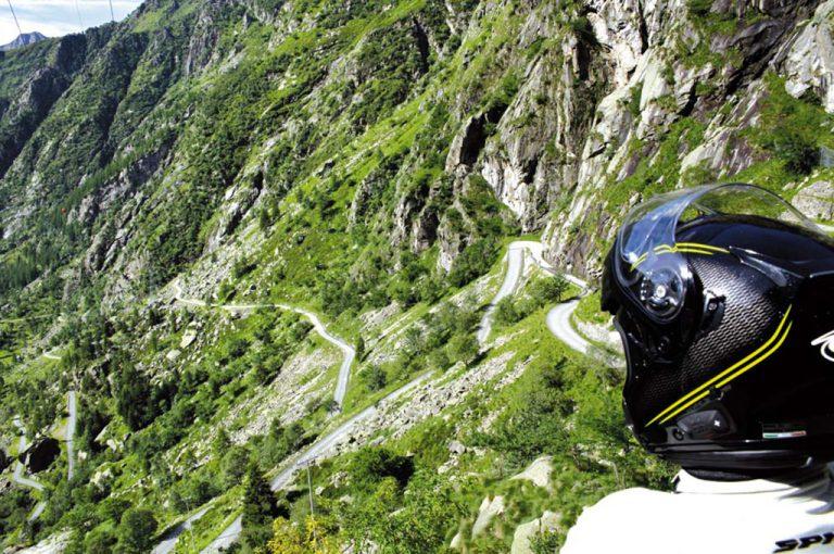 In moto sul colle del Nivolet: tornanti