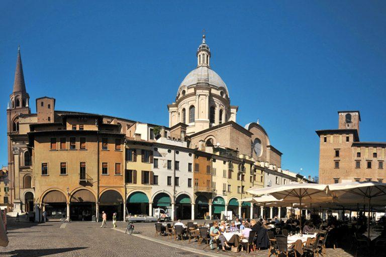 Mantova: piazza delle Erbe