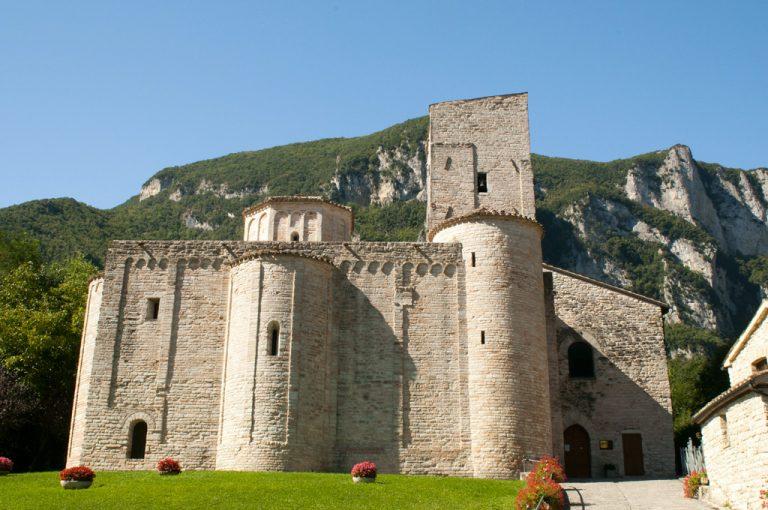 Gola della Rossa e Frasassi: abbazia