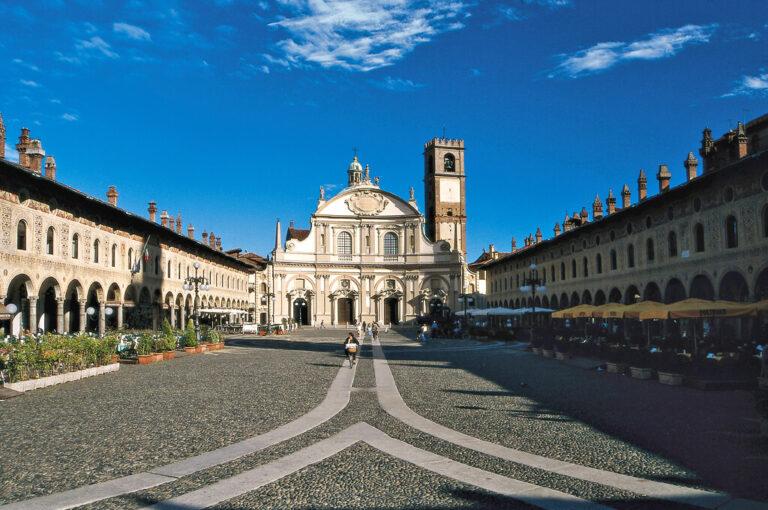 Weekend in camper tra la pianura e le colline: piazza Duomo Vigevano