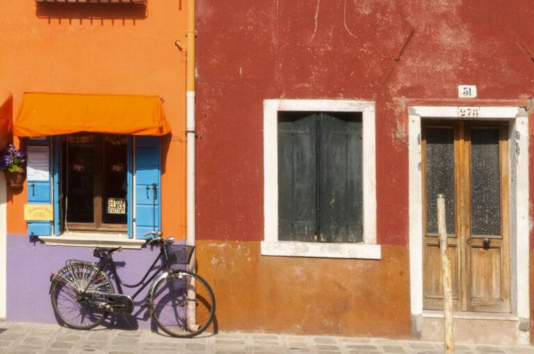 Murano, burano e torcello: le case colorate a Burano